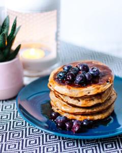 Pancakes à la banane et myrtilles