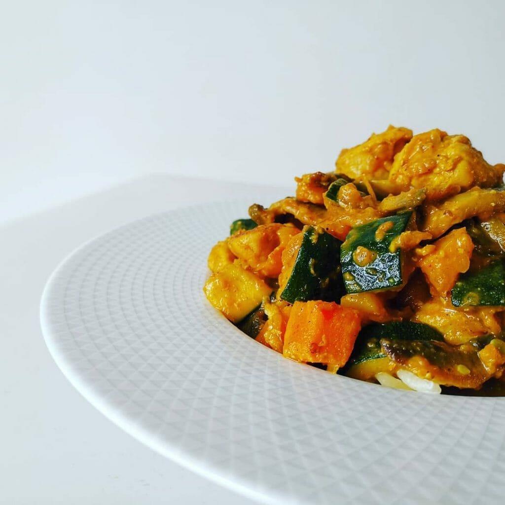 Poêlée de légumes, poulet et patate douce au lait de coco léger